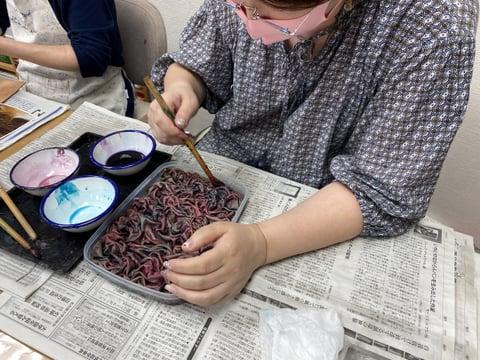 絞り染め作業中 レザークラフト教室 革工芸教室
