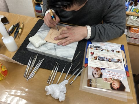 フィギュカービング中 人物 レザークラフト教室 革工芸教室
