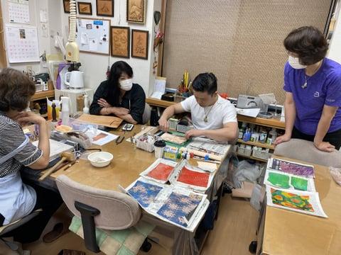 マーブリングの様子 レザークラフト教室 革工芸教室