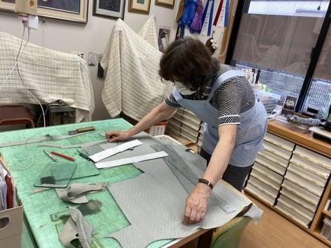バッグの裁断中 レザークラフト教室 革工芸教室