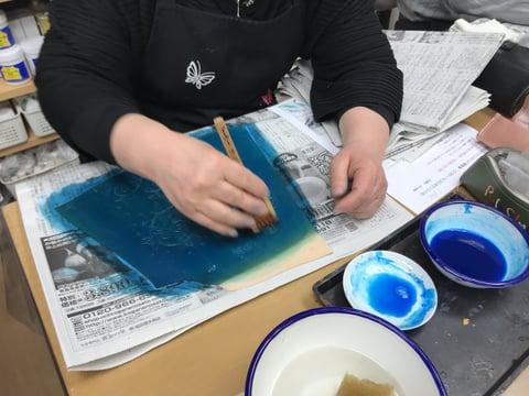 スマホカバー染色中 レザークラフト教室 革工芸教室