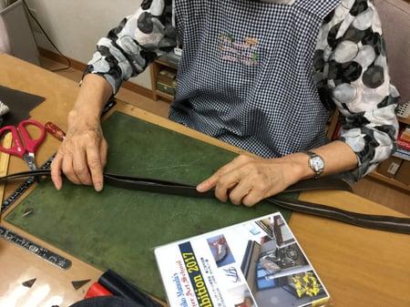 手紐製作中 レザークラフト教室 革工芸教室