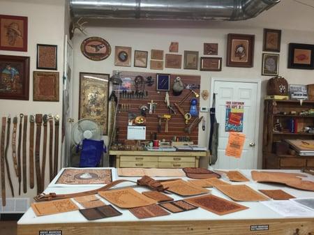 スタジオ内の展示ー1 レザークラフト教室 革工芸教室