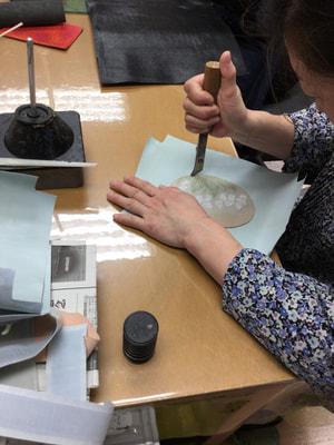 初等科ポシェット製作中 レザークラフト教室 革工芸教室