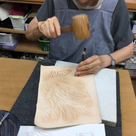 刻印打刻中 レザークラフト教室 革工芸教室