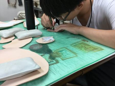 革にトレスしてます。レザークラフト教室 革工芸教室