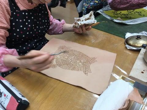 ろうけつ染線描き レザークラフト教室 革工芸教室