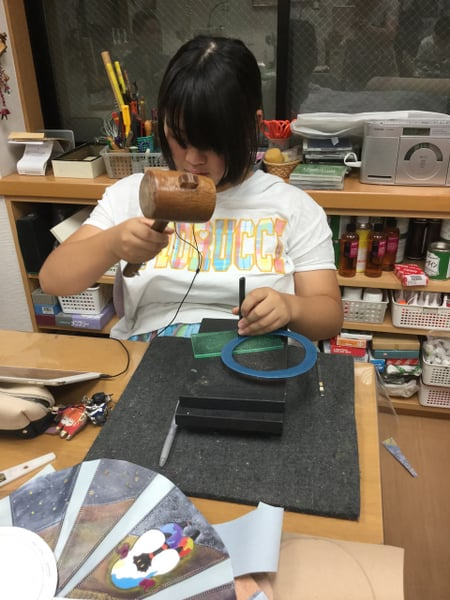 手縫い穴あけ中 レザークラフト教室 革工芸教室