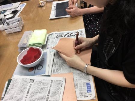 札入れモデリング中 レザークラフト教室 革工芸教室