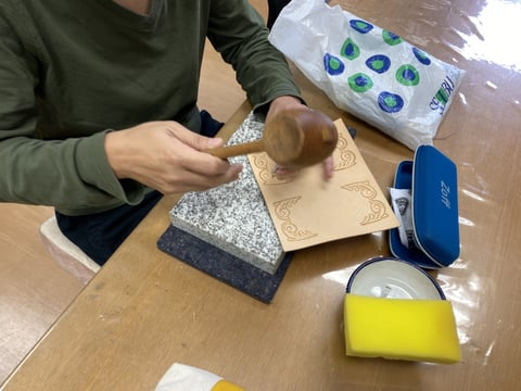 革くりぬきスマホケース レザークラフト教室 革工芸教室