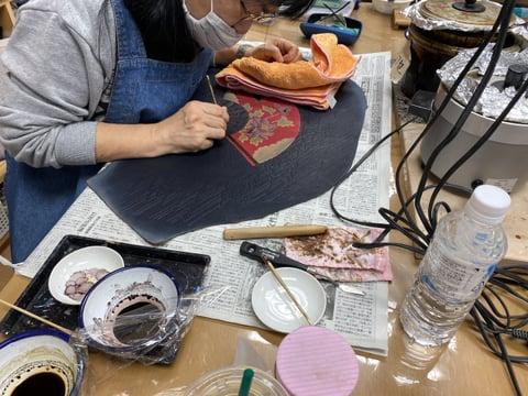 ろうけつ染め染色中 レザークラフト教室 革工芸教室