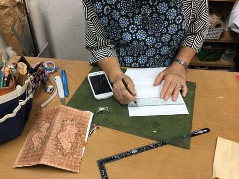 スマホカバー製作中 レザークラフト教室 革工芸教室