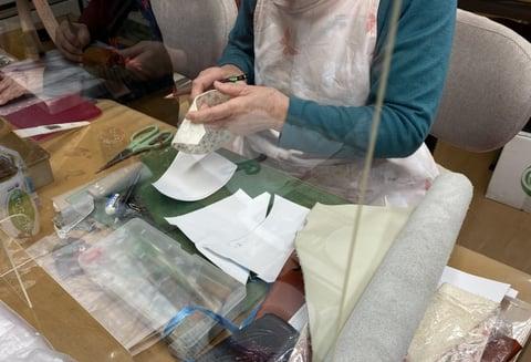 更紗のバッグ仕立て中 レザークラフト教室 革工芸教室