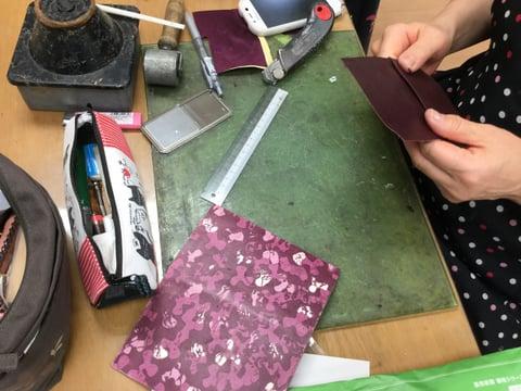 ろうけつ染のスマホケース レザークラフト教室 革工芸教室