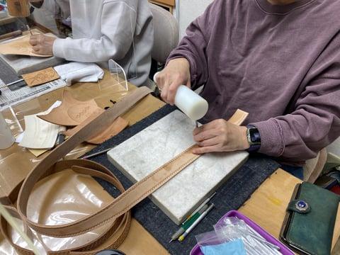 ベルトスタンピング中 レザークラフト教室 革工芸教室