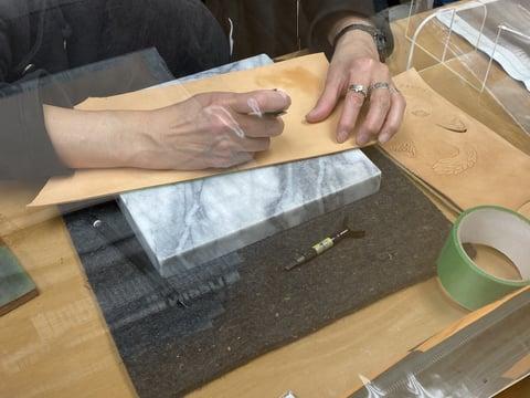 カービング中 レザークラフト教室 革工芸教室