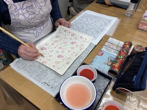 手描き更紗染色中 レザークラフト教室 革工芸教室