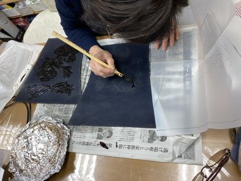 ろうけつ染めバッグ染色中 レザークラフト教室 革工芸教室