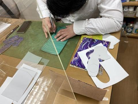 マーブル染め作品制作中 レザークラフト教室 革工芸教室