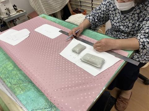 バッグの裏地裁断 レザークラフト教室 革工芸教室