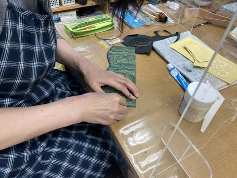 ペンたて仕立て中 レザークラフト教室 革工芸教室
