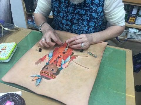 革絵インディアン人形 レザークラフト教室 革工芸教室