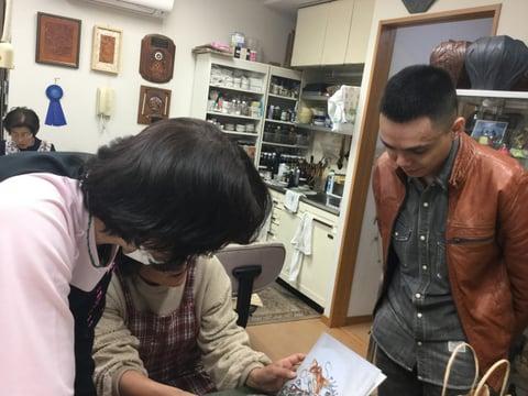 作品集を見入る レザークラフト教室 革工芸教室