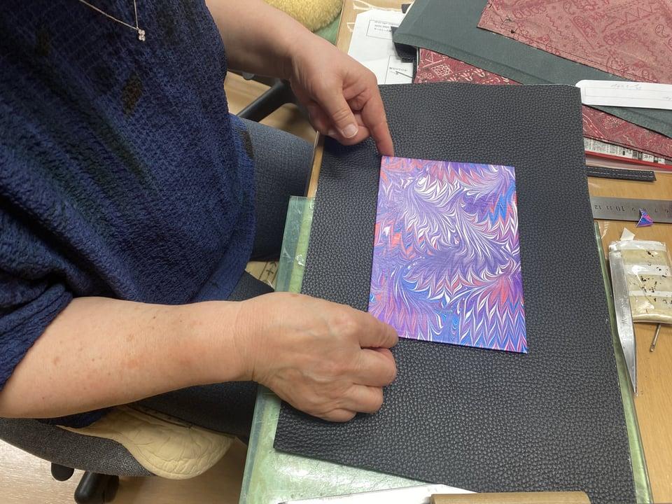 マーブル染め作品 レザークラフト教室 革工芸教室