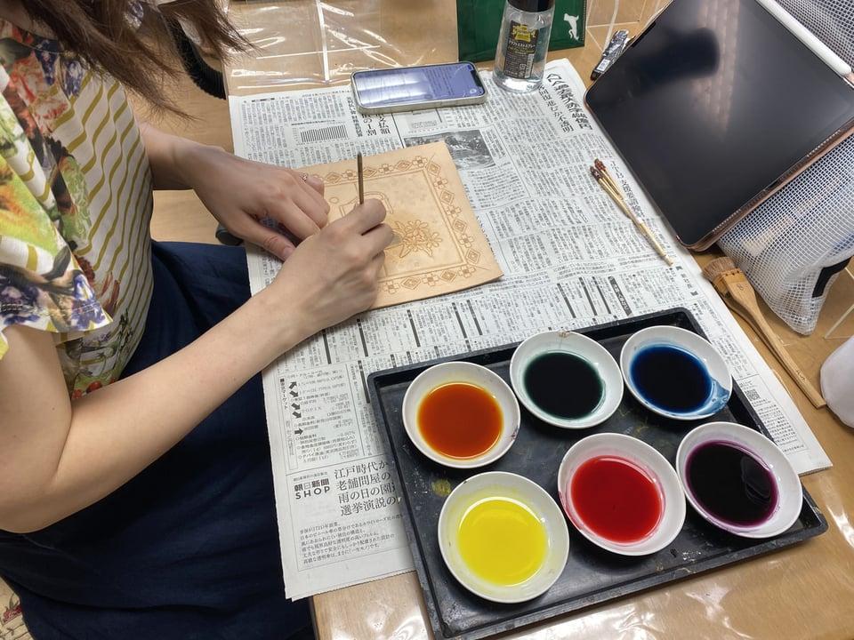 革の染色中 レザークラフト教室 革工芸教室