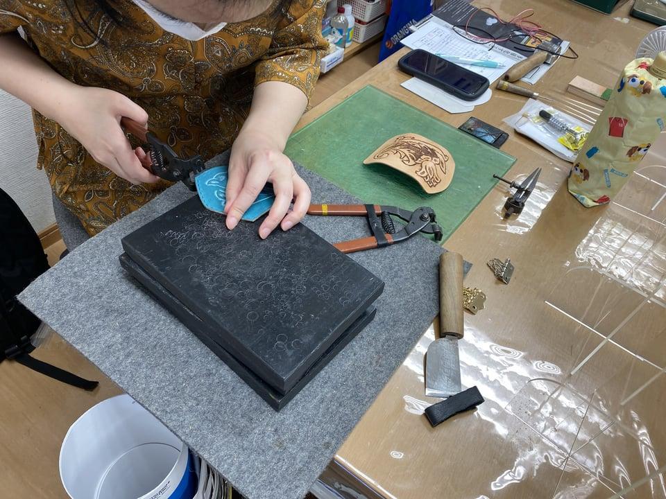 キーケース仕立て中 レザークラフト教室 革工芸教室