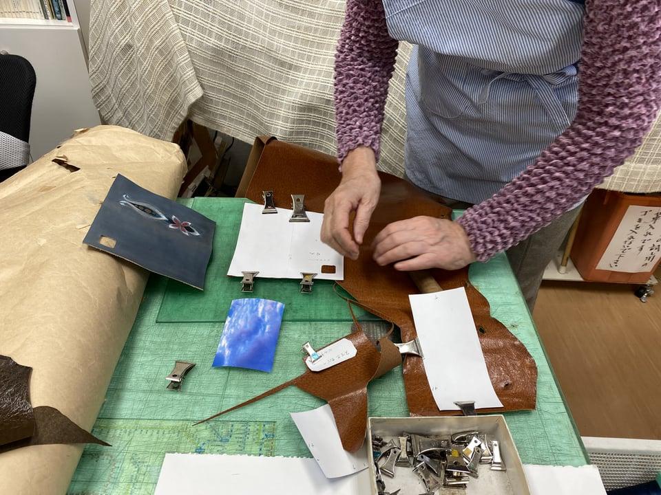 携帯ケース裏革裁断 レザークラフト教室 革工芸教室