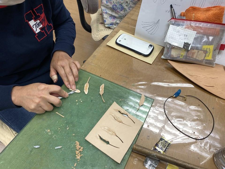 羽のアクセサリー レザークラフト教室 革工芸教室