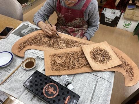 カービング染色中 レザークラフト教室 革工芸教室