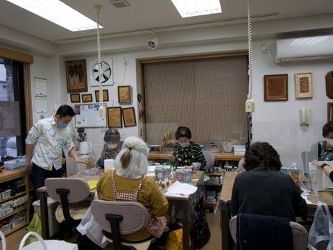 マーブル染め指導中 レザークラフト教室 革工芸教室