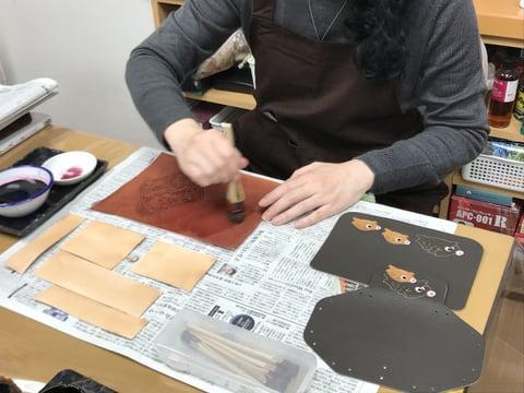 染色中 レザークラフト教室 革工芸教室