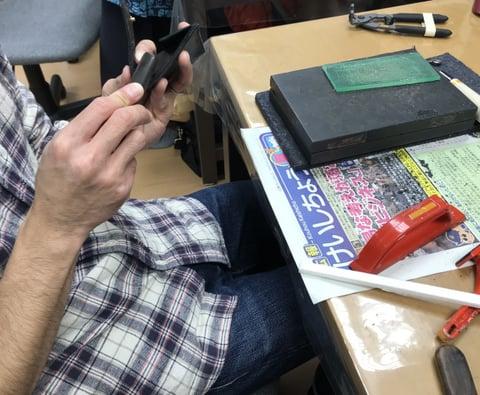 ヘリ磨き中 レザークラフト 教室 革工芸教室
