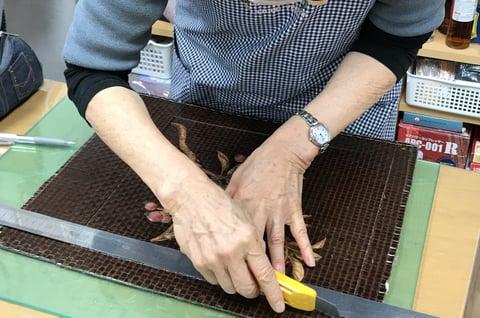 象嵌の絵裁断中 レザークラフト教室 革工芸教室