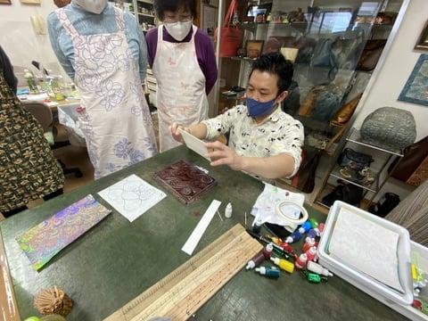 マーブル染説明中 レザークラフト教室 革工芸教室