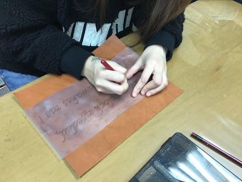 文字のカービング レザークラフ 教室 革工芸教室