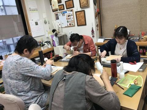 フィギュアカービング講習会 打刻中 レザークラフト教室 革工芸教室